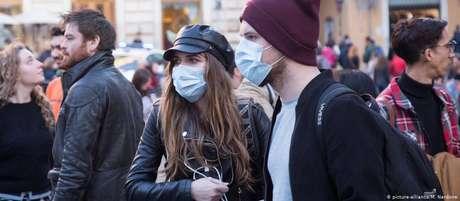 Pessoas usam máscaras em Roma, na Itália, por temerem infecção pelo vírus