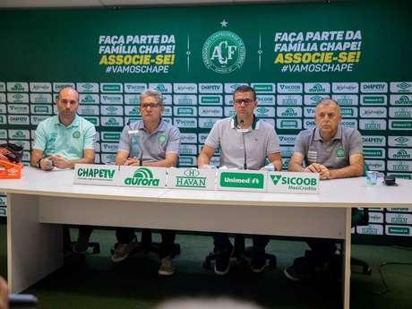 Momento da apresentação do técnico Umberto Louzer na Chapecoense, na Arena Condá, em Chapecó (SC), na segunda-feira, 17