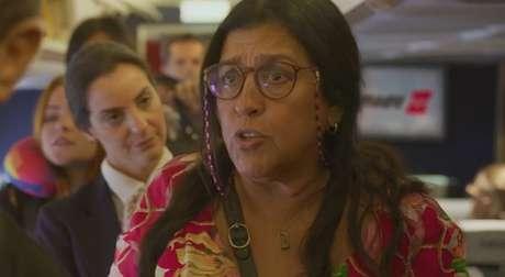 "Lurdes (Regina Casé) provoca tumulto a bordo: ""Dá pra abrir a janela?"""
