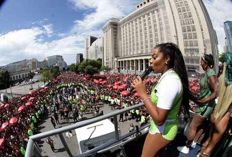 A cantora Ludmilla durante o Bloco Fervo da Lud