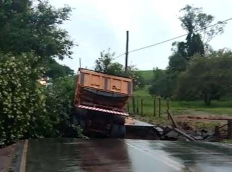 Caminhão carregado com areia caiu em vala aberta pelas chuvas em rodovia vicinal de Mogi Guaçu, interior de São Paulo. O motorista morreu, soterrado pela areia.
