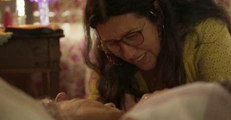 Lurdes (Regina Casé) chora diante do corpo da mãe, Maria (Zezita Matos): o amor e a dor entrelaçados na mesma cena