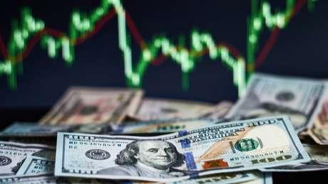 Dólar acumulou alta de 2% na semana, fechando a R$ 4,48; coronavírus, juros baixos e instabilidade política contribuem para aumento