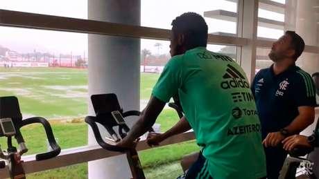 Bruno Henrique em tratamento no CT do Ninho do Urubu (Foto: Reprodução / Twitter)