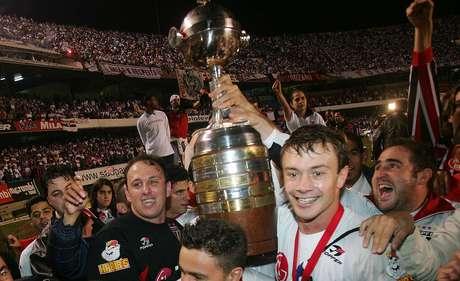 Rogério Ceni (esq.) e Lugano (2º à dir.) levantam a taça de campeão da Copa Libertadores da América em 2005 após o São Paulo vencer o Atlético Paranaense por 4 a 0 no estádio do Morumbi