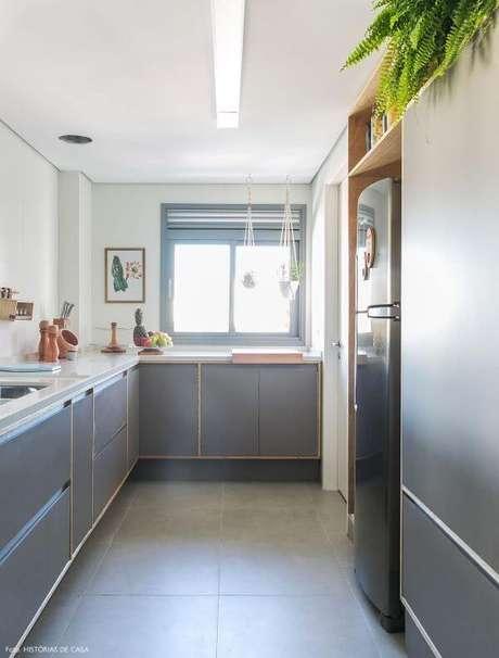 67. Porcelanato acetinado cinza para cozinha pequena e prática – Via: Histórias de Casa