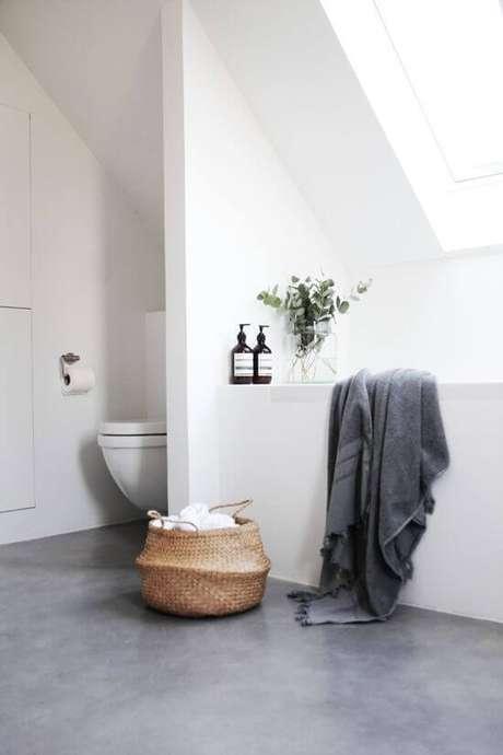 11. Porcelanato cinza fosco para banheiro moderno – Via: Casa Tres Chic