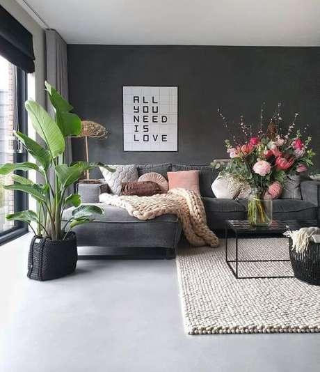 7. Sala moderna com porcelanato cinza e detalhes em rosa – Via: Pinterest
