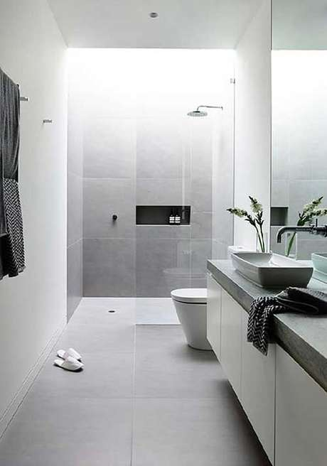 14. O banheiro com porcelanato cinza deve ser prático para o dia a dia – Via: Pinterest