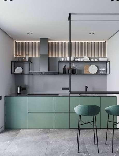 17. Porcelanato cinza destacando os armários verdes da decoração – Via: Pinterest