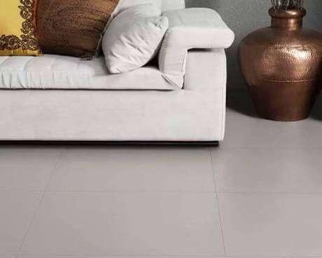 19. Porcelanato cinza com sofá bege – Via: Casa e Construção
