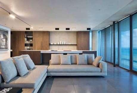 20. Porcelanato cinza com sofá claro, criando um lindo contraste na decoração – Via: Pinterset