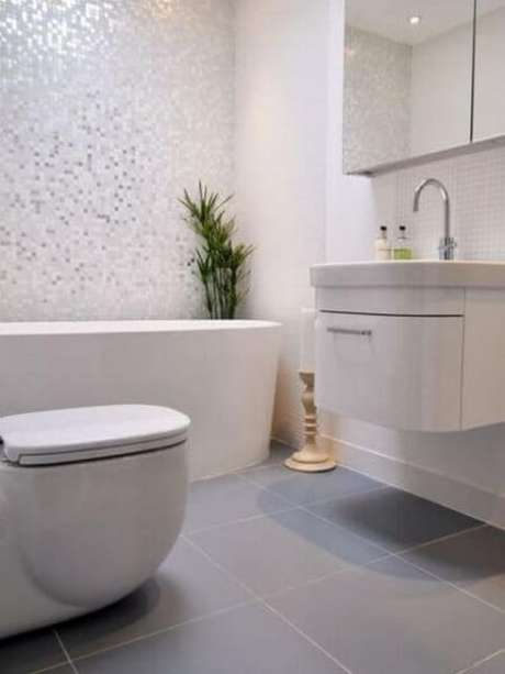 27. Banheiro com porcelanato cinza e acetinado – Via: Pinterest