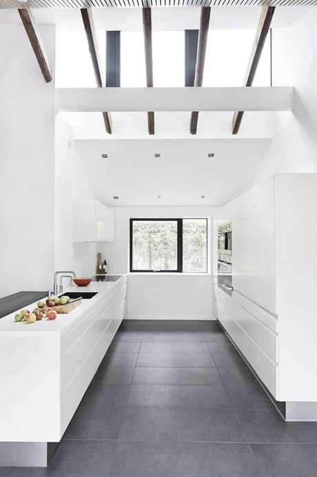 40. Porcelanato cinza escuro na cozinha branca e moderna – Via: Futurista Architecture