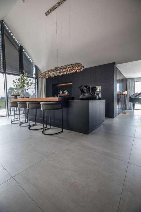 42. Porcelanato na cozinha preta e ampla – Via: Pinterest