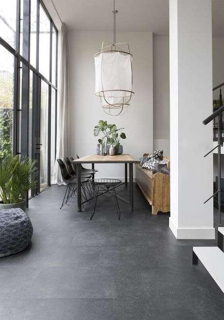 8. Porcelanato cinza na sala de jantar – Via: Pinterest