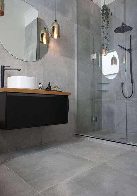 3. Banheiro com porcelanato cinza acetinado no piso e nas paredes – Via: Home Styling