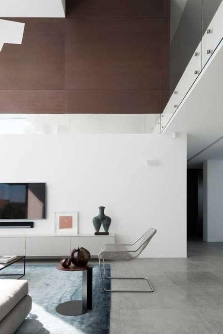 52. Porcelanato cinza para sala ampla e minimalista – Via: Pinterest