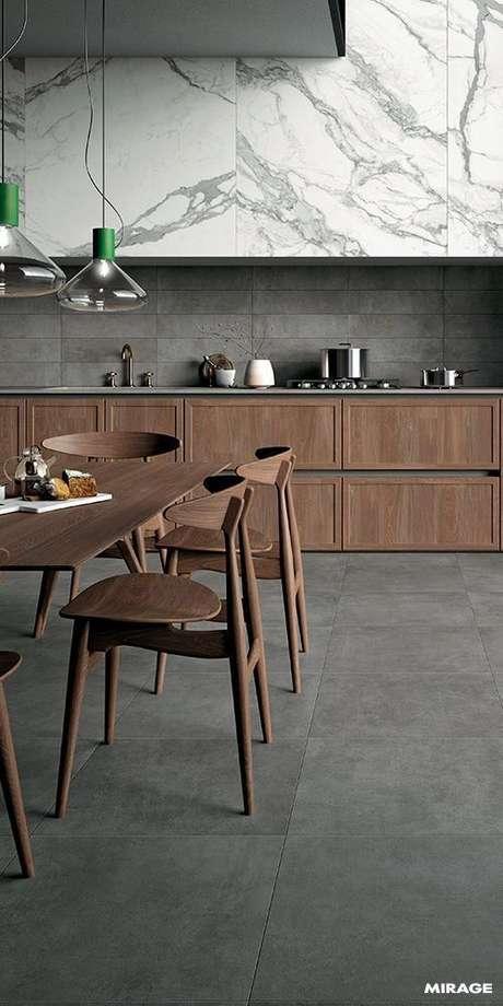 56. Porcelanato cinza combinando com os móveis de madeira – Via: Pinterst
