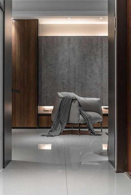 60. Porcelanato cinza polido no quarto de casal com poltrona combinando – Via: Pinterest