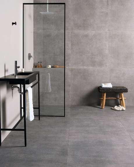 61. Porcelanato acetinado cinza no banheiro – Via: Portobello