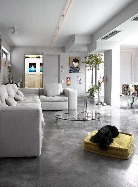 63. Sala cinza com porcelanato combinando – Via: Pinterest