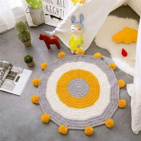 64. Porcelanato no quarto do bebê com tapete combinando – Via: Piterest