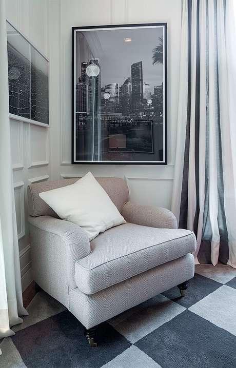 4. Poltrona, almofada e cortina podem receber uma paleta suave, mantendo a neutralidade no quarto com parede branca. Fonte: Quartos Etc.
