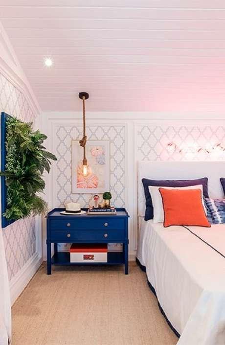 5. Móveis e objetos decorativos coloridos se destacam no quarto com parede branca. Fonte: Quartos Etc.