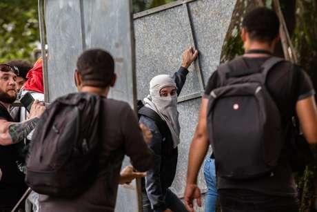 Manifestantes e policiais militares entram em confronto em frente ao prédio da Assembleia Legislativa do Estado de São Paulo.