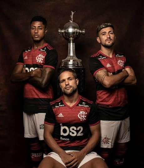 Guardiões da Copa: Flamengo faz ensaio antes de estreia na Libertadores  - Antes da estreia na Libertadores, o Flamengo fez um ensaio fotográfico com a taça da competição. A equipe começa a defender o título nesta quarta-feira, na Colômbia, contra o Junior Barranquilla. A partida será realizada às 21h30, no estádio Metropolitano Barranquilla.