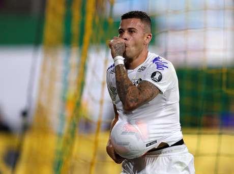 Jobson comemora o gol do empate santista.