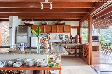 36. A cozinha da casa de praia normalmente apresenta conceito aberto, integrando outros cômodos. Fonte: Pinterest