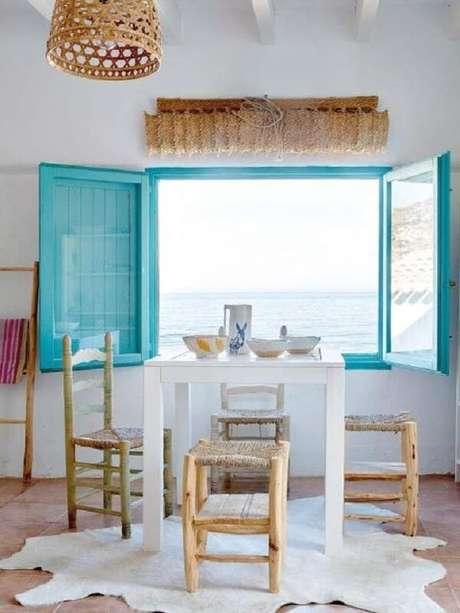37. A janela azul da casa de praia nos convida a olhar à vista. Fonte: Fashion Words