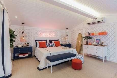 38. A prancha de surf de madeira se destaca na decoração desse quarto de casal. Fonte: Quartos Etc.