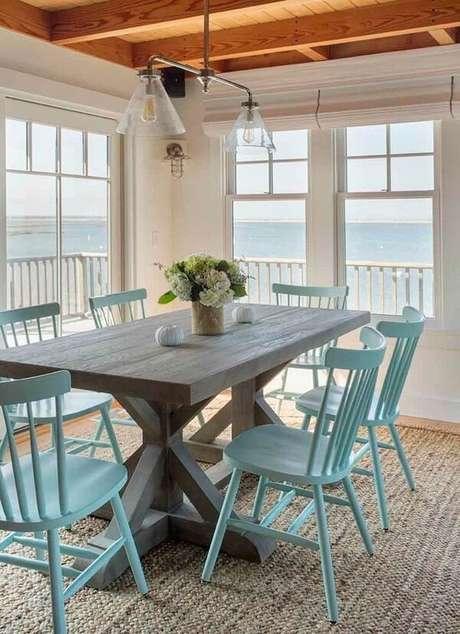40. A sala de jantar da casa de praia pode ganhar uma decoração mais rústica. Fonte: Essential Home