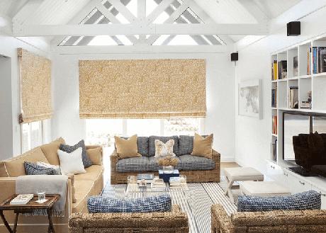 41. A tonalidade dos móveis da sala de estar se assemelham a areia e oceano. Fonte: The Spruce