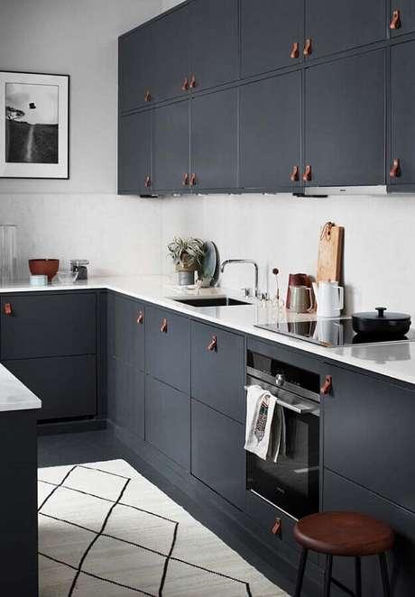 10. Decoração com puxadores de couro para armário de cozinha preto – Foto: The Home Studio