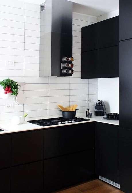 9. A combinação de cozinha preta e branca é excelente para uma cozinha pequena – Foto: Pinterest