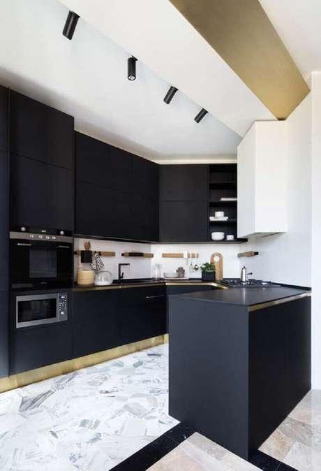 12. Decoração para cozinha planejada preta com trilho de luz e acabamento dourado próximo ao piso – Foto: Casinha Colorida
