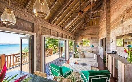 44. As portas de vidros facilitam a visão da paisagem na casa de praia. Fonte: Paradise Beach Nevis