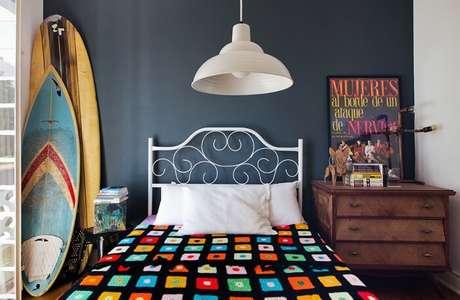 45. As pranchas de surf coloridas se destacam na decoração desse ambiente. Fonte: Pinterest