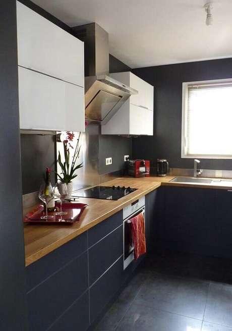 1. A bancada de madeira deixa a decoração da cozinha preta mais acolhedora – Foto Pinteres