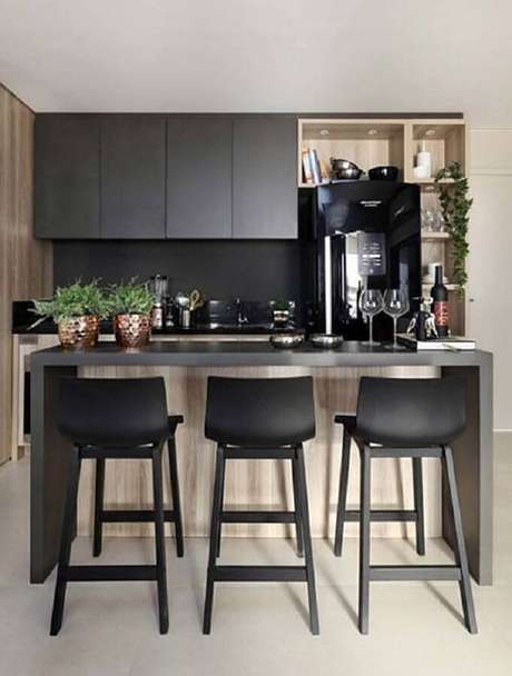 13. Decoração com banqueta preta para cozinha pequena planejada – Foto: Simples Decoração