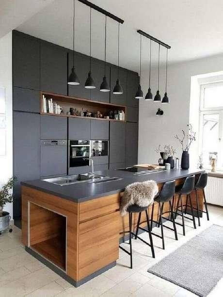 7. Para uma cozinha preta com maior sensação de conforto invista em detalhes feitos em madeira – Foto: Wood Save