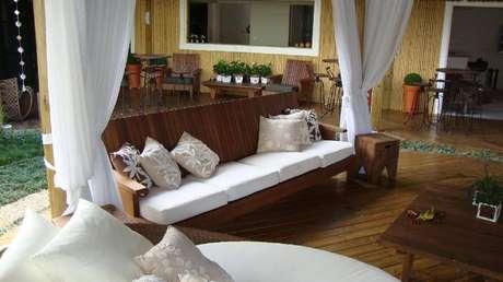 3. Prefira tecidos fáceis de secar em sofás e almofadas de casa de praia. Projeto por Rafael Guimarães.