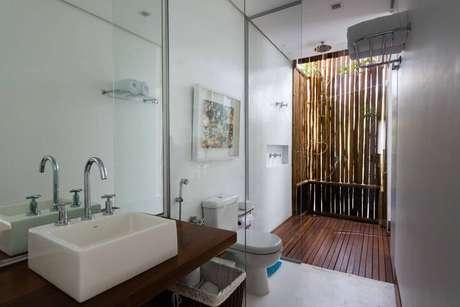 6. O rústico é uma alternativa excelente até mesmo no banheiro, que combina madeira e bambu. Projeto por AMC Arquitetura.