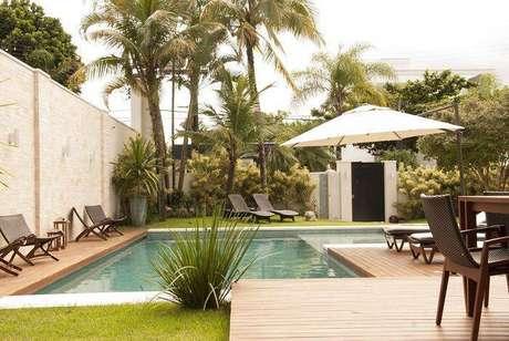 11. A piscina com jardim é parte importante da casa de praia. Projeto por Rosa Palmerio.