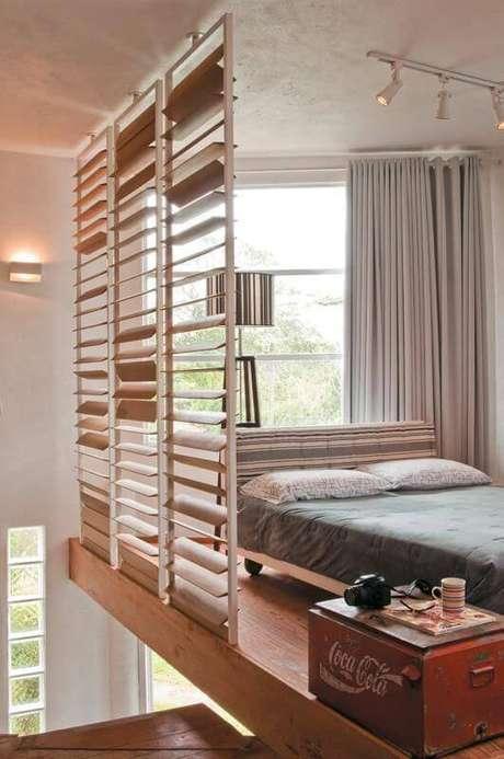 47. O quarto de casal tipo mezanino ganha persiana de madeira para mais privacidade. Projeto por Rico Mendonça.