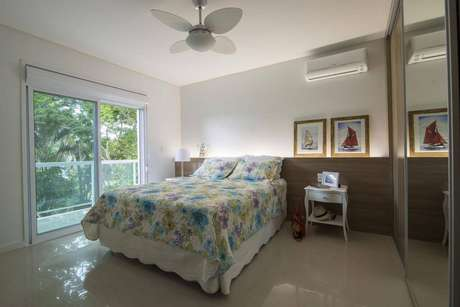 16. Os quadros náuticos no quarto de casal caracterizam o ambiente. Projeto por Oficio da Arte.